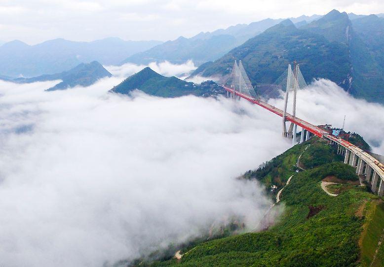 Über den Wolken: Wenn im Tal dichter Nebel herrscht, haben Autofahrer auf der Beipanjiang-Brücke trotzdem Chancen auf Sonnenschein.