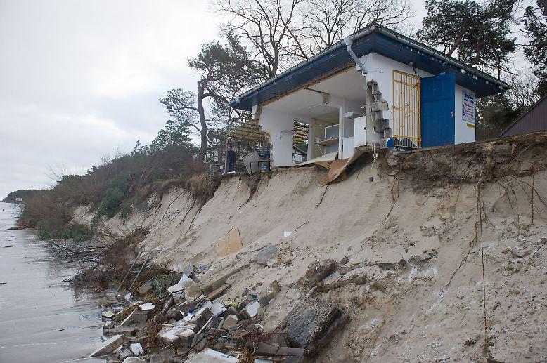 """An der Ostseeküste hat Sturmtief """"Axel"""" an manchen Orten enorme Schäden hinterlassen. Wie hier auf der Insel Usedom rissen die Wogen ..."""