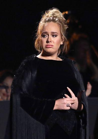 Bei diesem Gesichtsausdruck könnte man glatt den Eindruck bekommen, die 59. Grammy-Verleihung sei enttäuschend verlaufen für die britische Sängerin Adele. Doch fehlender Erfolg ist nicht das Problem der 28-Jährigen, ...