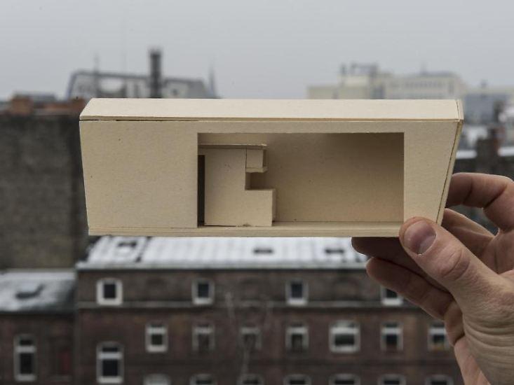 """... planen Mini-Wohnungen, die auf ungenutzte Hausdächer aufgesetzt werden können. Stolze 25 Quadratmeter sollen sie messen und den Namen """"cabin spacey"""" tragen. Die Zukunft des Wohnens erfordert eben auch ein bisschen Galgenhumor. (jug)"""