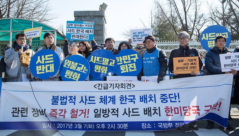 Kritiker, wie die südkoreanische Friedensbewegung, lehnen die Stationierung ab. Sie fürchten eine Eskalation zwischen zwei unberechenbaren Mächten - Trumps USA und Kims Nordkorea. Sicher ist jedenfalls: Bis zum Ende der Übungen Ende April bleiben die Nerven in Washington, Seoul, Pjöngjang und der Region angespannt.