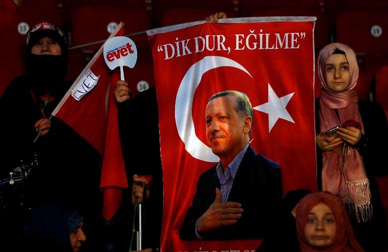 """Präsident Recep Tayyip Erdogan lässt das Volk am 16. April 2017 über sein geplantes Präsidialsystem abstimmen. Sagen die Türken """"Evet"""" (Ja),…"""