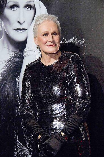 """Am 19. März 2017 feiert sie ihren 70. Geburtstag - und mit der Alters-Bemerkung spielte Close auf ihre derzeitige Rolle im Musical """"Sunset Boulevard"""" auf dem New Yorker Broadway an: """"Norma Desmond ist eine der großen Charakterrollen, die je für eine Frau geschrieben wurden, ganz bestimmt für eine Frau fortgeschrittenen Alters""""."""