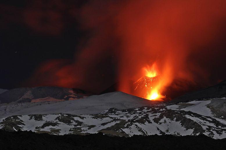 ... dennoch habe ein Vulkanologe, der Teil der Gruppe war, den Ausbruch als gefährlichstes Erlebnis seiner 30-jährigen Karriere beschrieben: Derartige Explosionen hätten auch schon Menschen getötet. (jug/dpa/AFP)