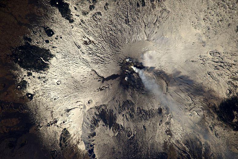 ... ist sogar ein neuer Krater entstanden, durch den sich ein Lavastrom gebildet hat. Kommt heiße Lava mit Wasser oder Schnee in Berührung, ...