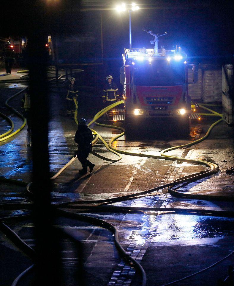 Großbrand bei Autozulieferer in Witten - Fünf Mitarbeiter verletzt