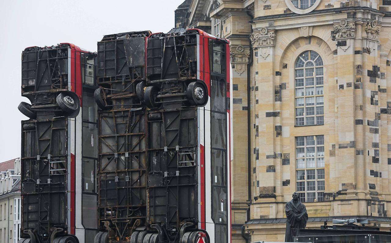 nach protesten in dresden umstrittene bus skulptur kommt nach berlin n. Black Bedroom Furniture Sets. Home Design Ideas