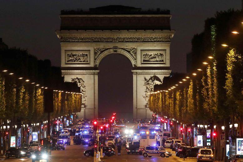 Ein großes Polizeiaufgebot sichert nach einer Schießerei die Champs-Élysées.
