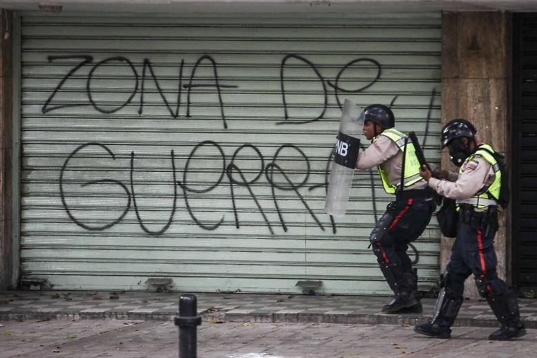 """""""Kriegsgebiet"""", steht auf diesem heruntergelassenen Rolltor in Caracas."""
