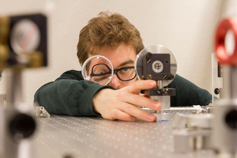Der Blick eines Fotografen ist ein anderer als der eines Forschers. (Joe Beckwith richtet einen Silberspiegel auf dem Lasertisch aus)