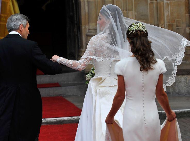 """Vor sechs Jahren verzückt Pippa Middleton die Briten als Brautjungfer bei der Hochzeit ihrer Schwester Kate mit einer spektakulären Rückenansicht. Das bringt ihr den Spitznamen """"Her Royal Hotness"""" ein."""
