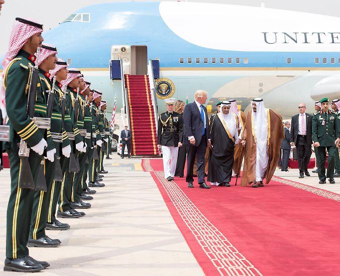 US-Präsident Donald Trump ist zu Besuch im Nahen Osten. Gleich zu Beginn versucht er, Probleme unter den Teppich zu kehren - doch sie bleiben sichtbar.