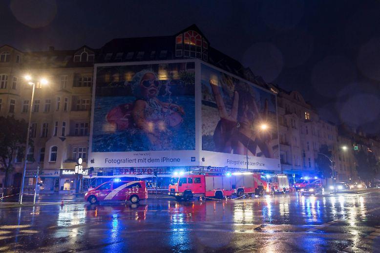... in der Nacht und am heutigen Freitag schwer zu schaffen gemacht. Bis kurz vor Mitternacht zählte ein Feuerwehr-Sprecher fast 1400 wetterbedingte Einsätze in der Hauptstadt.