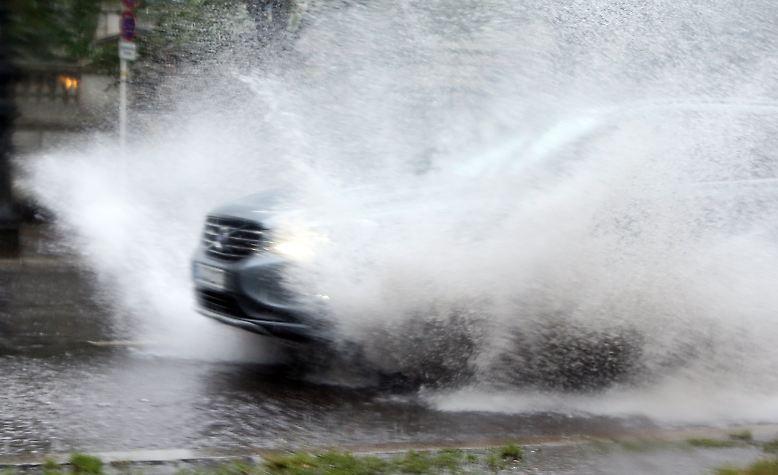 Hauptstadt unter Wasser: Stundenlanger Starkregen, vollgelaufene Keller und überschwemmte Straßen haben der Berliner Feuerwehr am gestrigen Donnerstag, ...