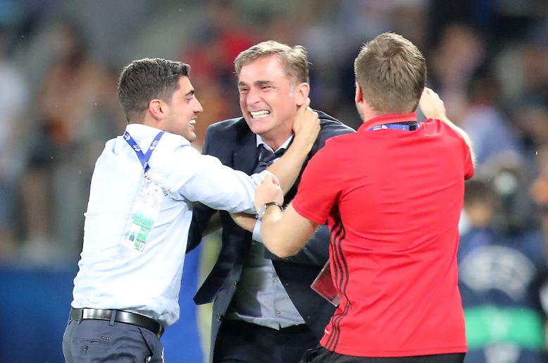 Trainer Stefan Kuntz feiert direkt nach Abpfiff mit seinem Betreuerteam.