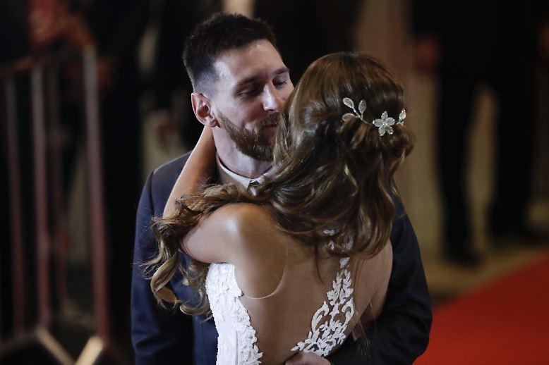 Doch das Brautpaar wusste die Aufmerksamkeit zurückzuerobern. Mit der obligatorischen Kuss-Szene galt der Fokus wieder ganz den frisch getrauten Messis.