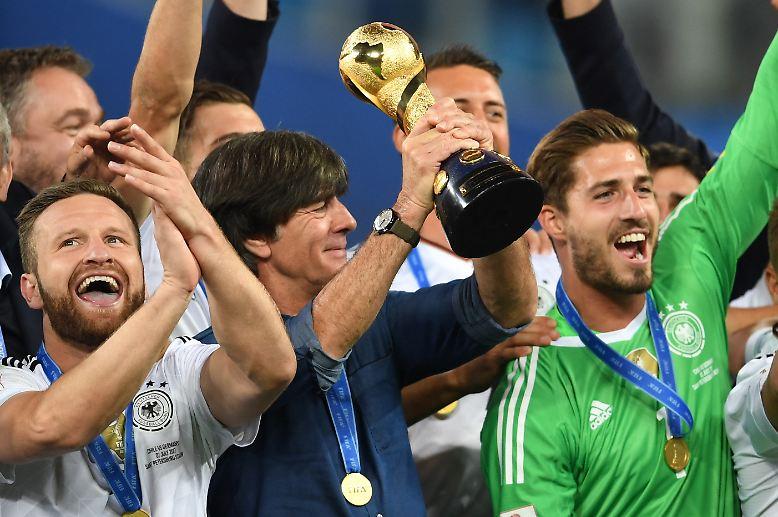 Erfolgstrainer Joachim Löw stemmte strahlend den goldenen Pokal in die Höhe.