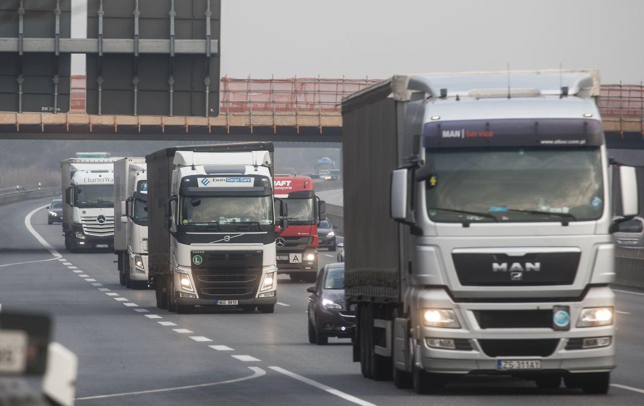 Kolonnen auf der Autobahn: Schenker testet Lkw der Zukunft - n-tv.de