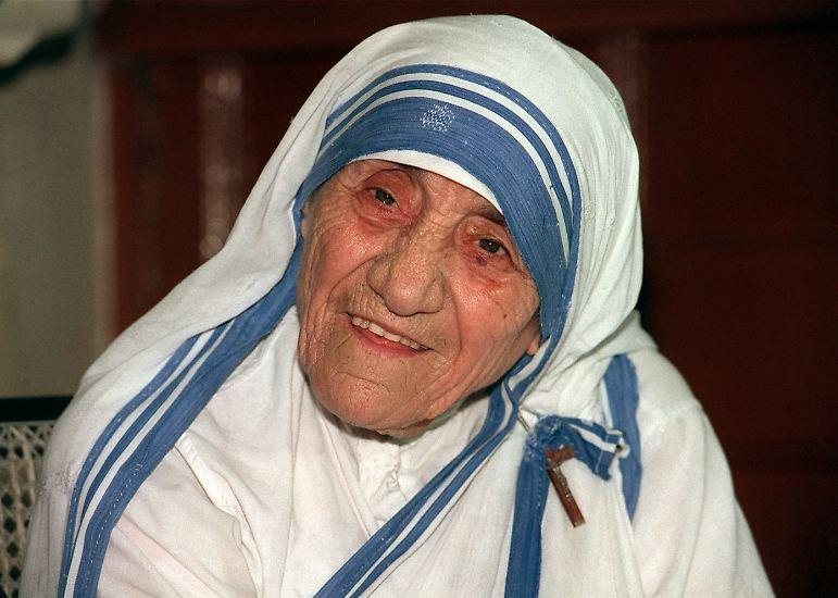 ... wurde ein weißer Sari mit drei blauen Streifen als Ordenstracht festgelegt.