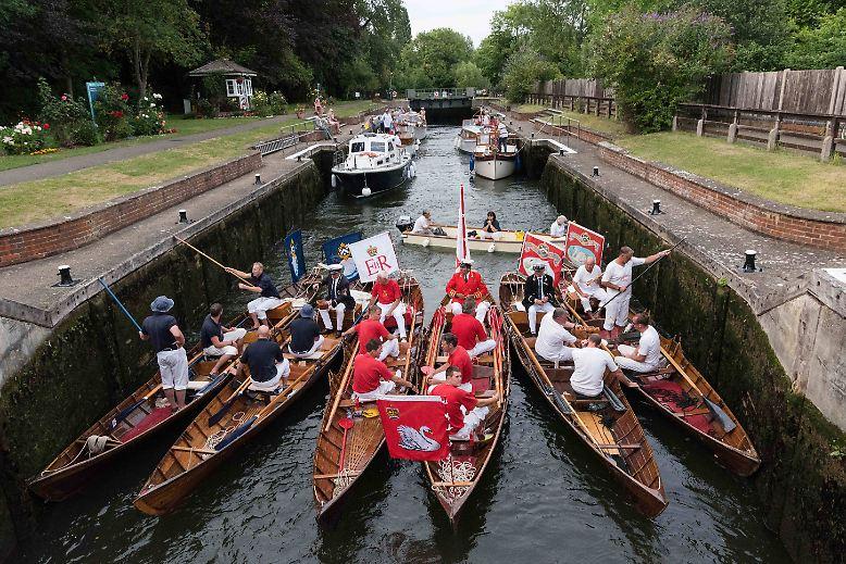 """""""All up"""", ertönt es über der Themse und schon paddeln sechs kleine Holzboote mit ihren uniformierten Insassen zügig in Richtung Ufer."""