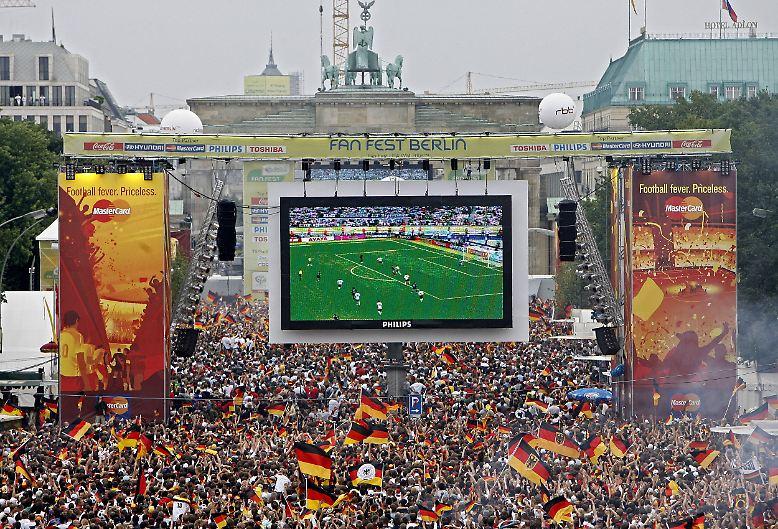 Unterm Strich bleibt: Der DFB hofft auf ein ähnliches Sommermärchen wie zur WM 2006. (ara)
