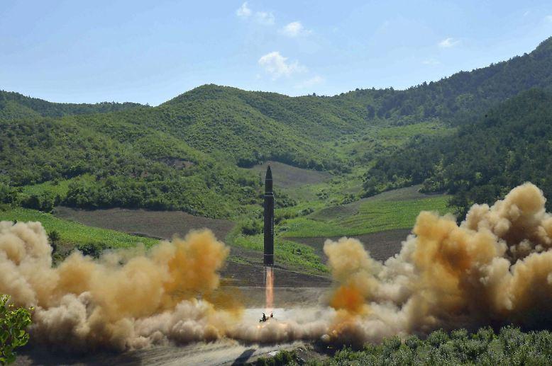 Aber von vorn: Nordkorea droht, mehrere Raketen auf die rund 3400 Kilometer entfernte Pazifikinsel abzufeuern.