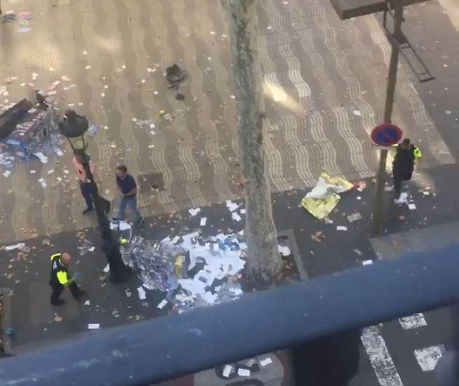 Mitten in der Urlaubssaison trifft der Terror Spanien. Ein Lieferwagen rast im touristischen Herzstück Barcelonas, dem beliebten Las-Ramblas-Boulevard, in eine Menschenmenge. 13 Menschen werden getötet, etwa 80 verletzt.