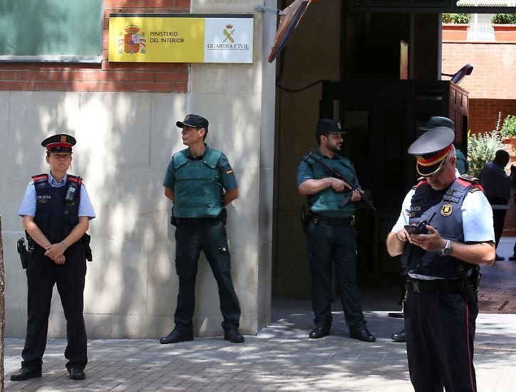 Die Sicherheitskräfte sperrten das Gebiet weiträumig ab und forderten die Bevölkerung immer wieder eindringlich auf, den Ramblas fern zu bleiben. Die Krankenhäuser in der katalanischen Metropole riefen zu Blutspenden auf.