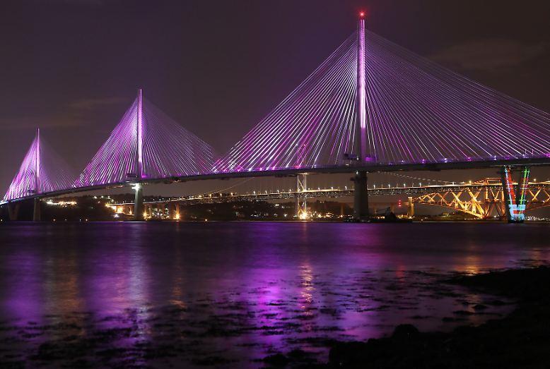 Die längste Schrägseilbrücke der Welt wird nach sechs Jahren Bauzeit eröffnet. Sie verläuft über den Meeresarm Firth of Forth.