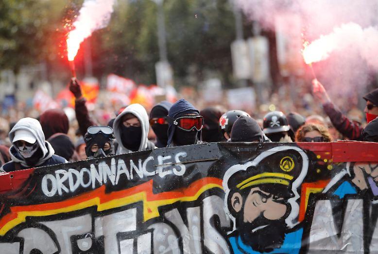Das Innenministerium spricht am Abend von 223.000 Teilnehmern landesweit, die Organisatoren der Gewerkschaft CGT gehen von 400.000 Teilnehmern aus. Die Kundgebung in Paris lockt auch Linksextreme an.