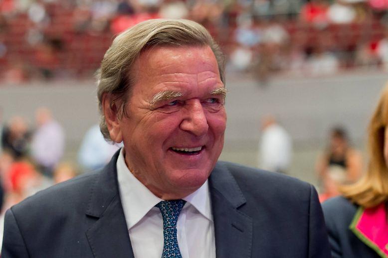Jetzt ist es raus: Gerhard Schröder, 73 Jahre alt, hat 'ne Neue. Seine Freundin Kim So-Yeon ist deutlich jünger. Sie ist nämlich erst ...