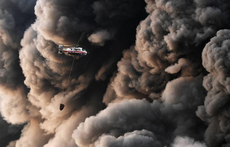 """Apokalyptische Szenen am Himmel über Moskau: In einem Gewerbegebiet am Stadtrand geht neben dem äußeren Autobahnring das riesige Einkaufszentrum """"Sindika"""" in Flammen auf."""