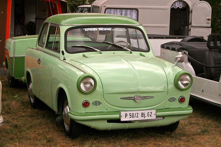 Spätestens am 7. November 1957 beginnt die Geschichte des legendären Trabants. Im Zwickauer Sachsenring-Werk rollt der erste P 50 als Teil einer Vorserie vom Band.