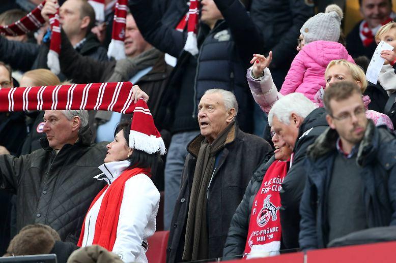 Eine Legende besucht ihren Verein: Bis zuletzt ist Hans Schäfer, Fußball-Weltmeister von 1954, so oft es geht im Stadion.