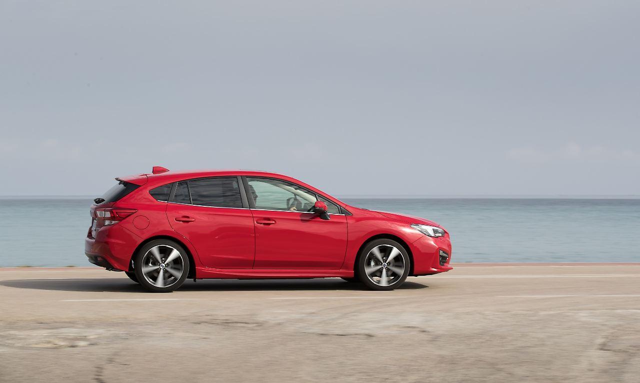 Flach und gestreckt wirkt die Karosserie des überarbeiteten Subaru Impreza.
