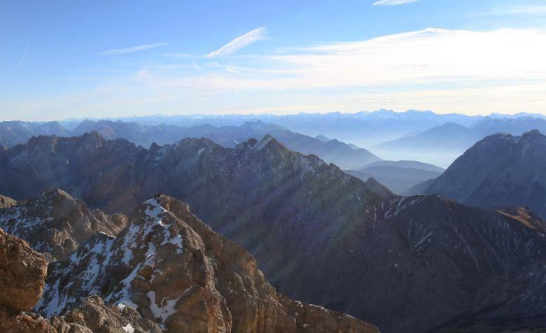 550.000 Menschen besuchen jedes Jahr die bayerische Zugspitze bei Garmisch-Partenkirchen. Nach dem Neubau der Seilbahn hoffen Betreiber sogar auf bis zu 600.000 Besucher. An schönen Tagen schieben sich die Gäste im Gedränge über die Aussichtsplattform, um das Panorama zu genießen.