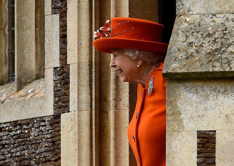 Queen Elizabeth II. verbringt Weihnachten traditionsgemäß in Sandringham in der ostenglischen Grafschaft Norfolk, wo sie ein Anwesen besitzt und alljährlich den Weihnachtsgottesdienst in der Kirche Saint Mary Magdalene besucht. Nach einem ...