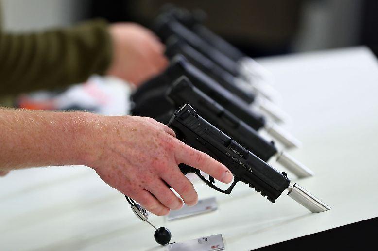 Neben den neuesten Dienstpistolen ...