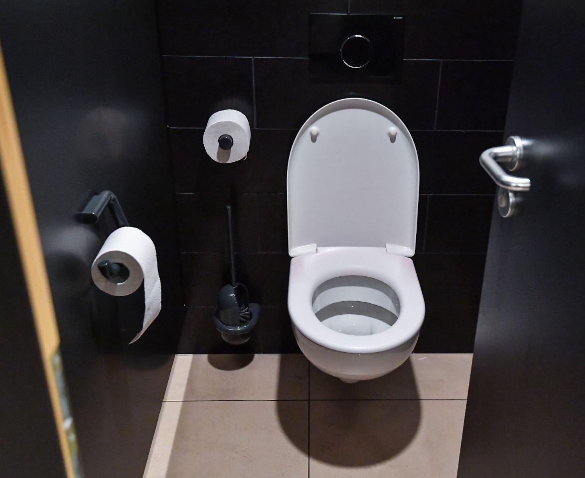 toilettengang ist privat sturz auf firmen wc ist kein. Black Bedroom Furniture Sets. Home Design Ideas