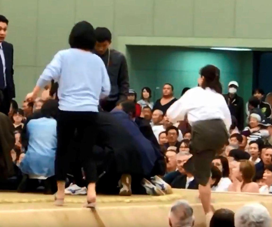 Erste Hilfe untersagt: Schiedsrichter verbannt Frauen aus Sumo-Ring