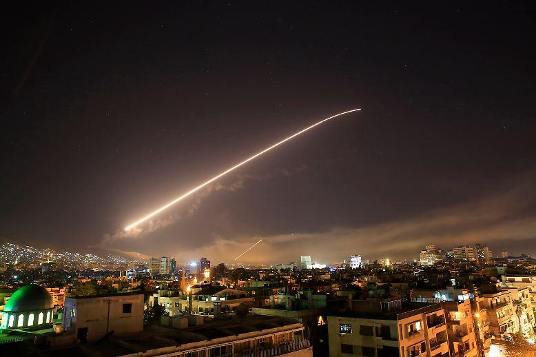 Es ist ein Angriff mit Vorankündigung: In der Nacht zum Samstag fliegen etwa 100 Raketen auf Syrien.