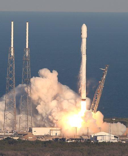 Start einer neuen Mission! Als die SpaceX-Rakete am 18. April 2018 vom Weltraumbahnhof Cape Canaveral abhebt, hat sie wertvolles Gerät an Bord: Das Nasa-Weltraumteleskop ...