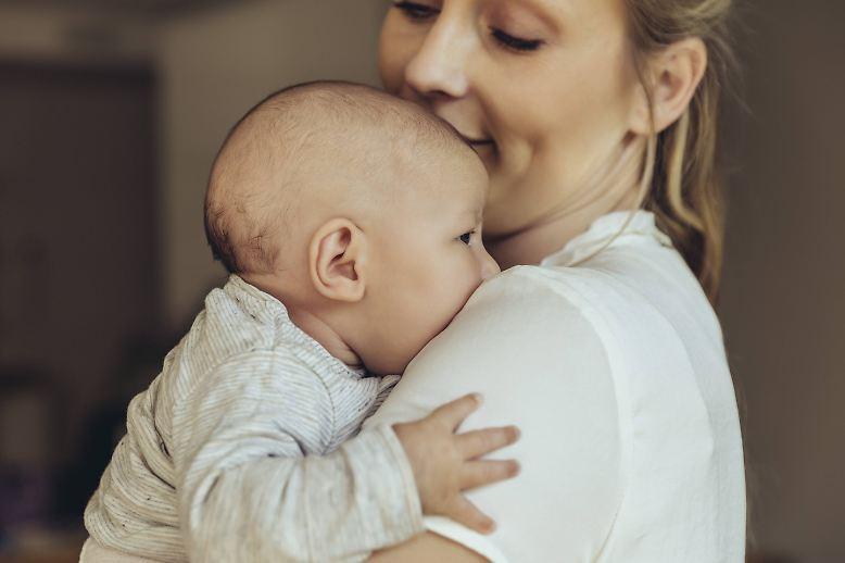 Mütter opfern sich für ihre Kinder selbstlos auf, so die gängige Deutung von Mutterliebe.
