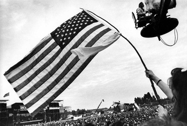 Berlin, Hauptstadt der DDR, im Sommer 1988 - die US-Flagge wird geschwenkt, die Flagge des imperialistischen Klassenfeindes, und ...