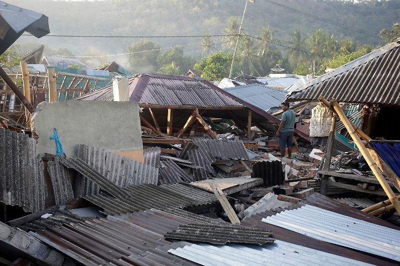 Auch mehrere Tage nach dem verheerenden Erdbeben wird die indonesische Ferieninsel Lombok noch von schweren Nachbeben erschüttert.