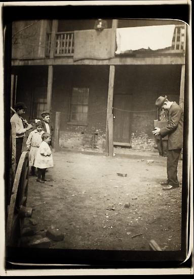 """Anfang des 20. Jahrhunderts hat Lewis W. Hine (hier 1910) Kinder fotografiert, die arbeiten müssen, ihre müden Augen, ihre erschöpften Körper, aber auch ihr stolzes Lächeln. Im Bildband """"The boss don't care - Kinderarbeit in den USA 1908-1917"""" sind nun etwa 250 Fotografien davon zu sehen. Hier eine Auswahl davon, versehen mit Hines Notizen."""
