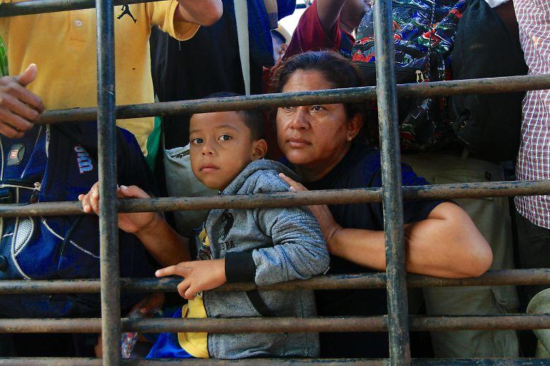 Eine Karawane mit Tausenden Menschen aus Mittelamerika ist unterwegs in Richtung USA. im Süden von Mexiko wird sie vorerst von der Polizei gestoppt. Die Migranten ...