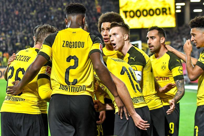 Dem FC Bayern droht der Verlust seiner jahrelangen Vormachtstellung im deutschen Fußball. Nach zuletzt sechs Meisterschaften in Serie scheint der Erzrivale Borussia Dortmund auf gutem Weg, dem Rekordmeister den Rang abzulaufen.
