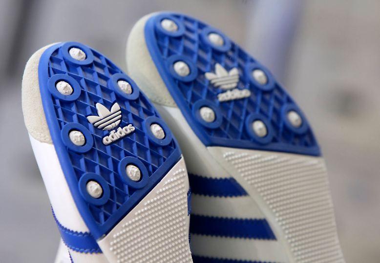 Adidas hat sich für 2011 ehrgeizige Wachstumsziele gesetzt. So will der nach dem US-Konzern Nike zweitgrößte Sportartikelhersteller schneller wachsen als der Markt, der Gewinn soll überproportional steigen.