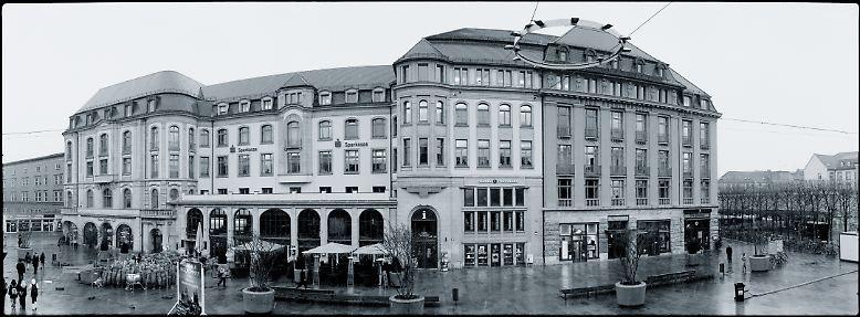 """... im Dezember 2008 entstanden diese Bilder. Heute erstrahlt am Dach des Hotels noch der berühmte Satz, mit denen Tausende DDR-Bürger den Bundeskanzler riefen: """"Willy Brandt ans Fenster!"""""""